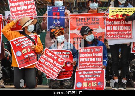 17 de febrero de 2021, Lashio, Estado de Shan Norte, Myanmar: Los manifestantes antimilitares del golpe de estado tienen pancartas que leen ''Hemos votado a la NLD, necesitamos la ayuda de la ONU & EE.UU.' durante una manifestación pacífica contra el golpe militar. UNA muchedumbre masiva tomó las calles de Lashio para protestar contra el golpe militar y exigió la liberación de Aung San Suu Kyi. El 01 de febrero de 2021, el ejército de Myanmar detuvo a Aung San Suu Kyi, Consejera de Estado de Myanmar, y declaró el estado de emergencia mientras se apoderaba del poder en el país durante un año después de perder las elecciones contra la Liga Nacional para la Democracia (Credit Imag
