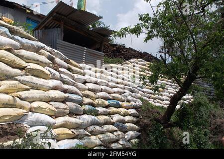 Valle de Katmandú, Nepal - 15th de abril de 2019 - Bolsas de tierra como pared firme al aire libre en Nepal. Protección contra terremotos. Las bolsas de tierra son una manera barata de construir