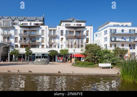 Paseo marítimo con tiendas y apartamentos en Timmendorfer Strand / Timmendorf Beach a lo largo del Mar Báltico, Ostholstein, Schleswig-Holstein, Alemania