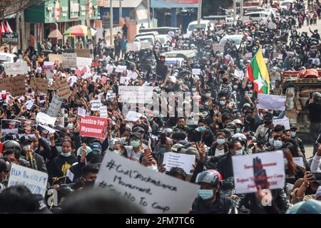 Lashio, Estado de Shan del Norte, Myanmar. 17th Mar, 2021. Miles de manifestantes antimilitares que protestaban contra el golpe de Estado sostienen pancartas que exigen liberar a Aung San Suu Kyi mientras marchaban durante una manifestación contra el golpe militar. Una multitud masiva tomó las calles de Lashio para protestar contra el golpe militar y exigió la liberación de Aung San Suu Kyi. El 01 de febrero de 2021, el ejército de Myanmar detuvo a Aung San Suu Kyi, Consejera de Estado de Myanmar, y declaró el estado de emergencia mientras se apoderaba del poder en el país durante un año después de perder las elecciones contra la Liga Nacional para la Democracia (Credit Imag