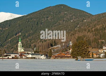 Dobbiaco (Toblach), se destaca la iglesia parroquial de San Giovanni Battista, Valle de Pusteria, Trentino-Alto Adige, Italia