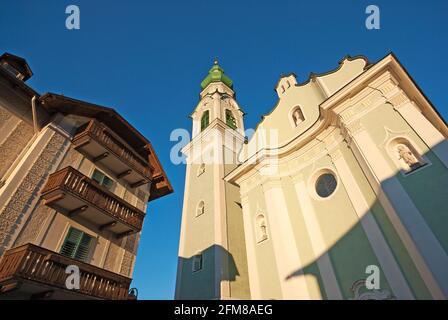 La iglesia parroquial de San Giovanni Battista en Dobbiaco (Toblach), Valle de Pusteria, Trentino-Alto Adige, Italia