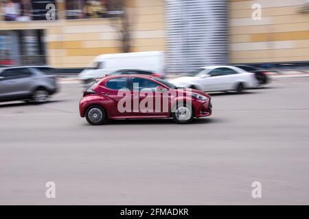 Ucrania, Kiev - 26 de abril de 2021: Peugeot 208 púrpura coche en movimiento en la calle. Editorial