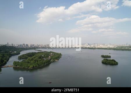Hangzhou. 7th de mayo de 2021. Foto aérea tomada el 7 de mayo de 2021 muestra una vista de la zona escénica del Lago Oeste en Hangzhou, capital de la provincia de Zhejiang en China oriental. Crédito: Long Wei/Xinhua/Alamy Live News