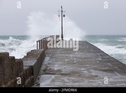 Porthleven,Cornwall,8th de mayo de 2021,Los mares accidentados se estrellan sobre el muro del puerto causado por los vientos extremadamente fuertes en Porthleven, Cornwall. La temperatura fue de 12C, el pronóstico es para la lluvia y vientos fuertes en los próximos días.Crédito: Keith Larby/Alamy Live News
