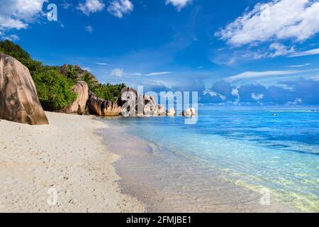 Destino de playa para vacaciones de verano, Anse Source d'Argent en La Digue Seychelles. Isla tropical paradisíaca en el océano Índico con un wh prístino