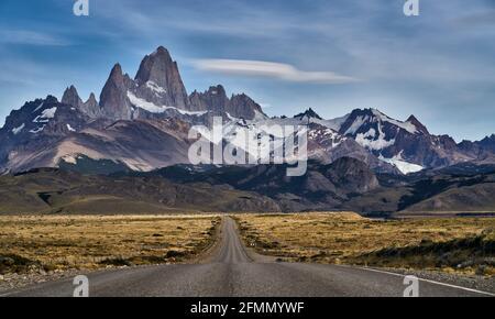 Camino hacia El Chaltén con famosos cerros Fitz Roy y el Cerro Torre, Patagonia, Argentina