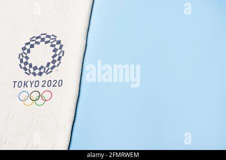 Tashkent, Uzbekistán - 4 de marzo de 2021: 2020 Logotipo de las Olimpiadas de Verano en la toalla blanca con espacio de copia