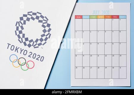Tashkent, Uzbekistán - 4 de marzo de 2021: 2020 Logotipo de los Juegos Olímpicos de verano en la toalla blanca y calendario mensual de julio de 2021