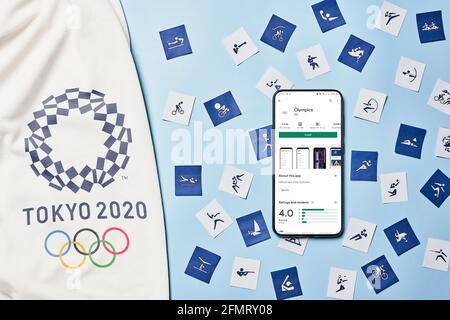 Tashkent, Uzbekistán - 4 de marzo de 2021: 2020 Pictogramas de Juegos Olímpicos de verano y Smartphone con aplicación de Juegos Olímpicos en el mercado de Google Play