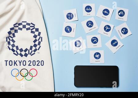 Tashkent, Uzbekistán - 4 de marzo de 2021: 2020 Pictogramas y smaprtphone de los Juegos Olímpicos de verano