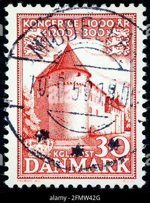 DINAMARCA - ALREDEDOR de 1953: Un sello impreso en Dinamarca muestra el Castillo de Nyborg, del siglo 12, alrededor de 1953