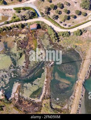 Vista aérea de un pantano en la campiña de Seixal cerca de Setubal, Portugal.