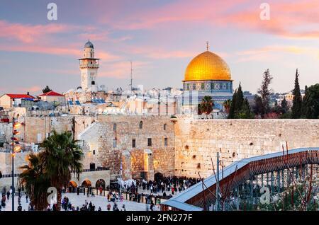 Jerusalén, Israel en el Muro Occidental y Cúpula de la Roca al atardecer en la ciudad vieja.