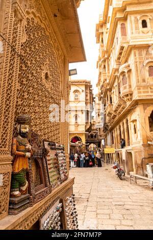 tradicionalmente rajasthani títere en las calles de jaisalmer cerca de patwa haweli.