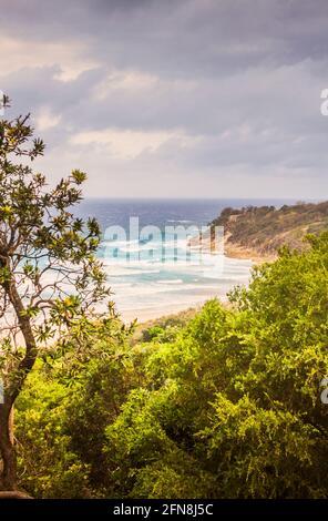 Vista panorámica relajante desde un terreno más alto, hasta olas, arena y calas rocosas. Tomado: Frenchman's Beach, Point Lookout, North Stradbroke Island, Qu
