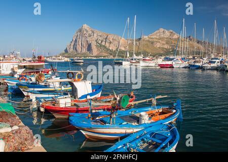 San Vito Lo Capo, Trapani, Sicilia, Italia. Vista a través del colorido puerto a los altos picos de Monte Mónaco y Pizzo di Sella.