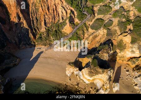Playa Camilo en Lagos, Algarve - Portugal. Acantilados de la costa dorada del sur de Portugal. Vista aérea al amanecer.
