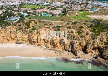 Playa Canavial. Acantilados de la costa dorada del sur de Portugal. Vista aérea de la ciudad de Lagos en Algarve, Portugal.