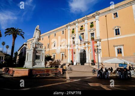 Estatua de Eleonora d'Arborea y el ayuntamiento del Palazzo degli Scolopi en Piazza Eleonora, Oristano, Cerdeña, Italia