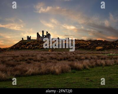El castillo de Dunstanburgh se encuentra en un cabo remoto en Northumberland, a pocos pasos del encantador pueblo pesquero de Craster. Se muestra aquí al amanecer.
