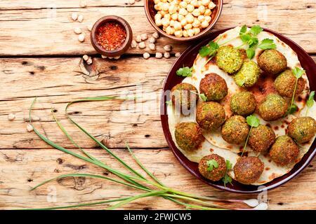 Bolas de falafel hechas de leguminosas picadas o garbanzos.Garbanzos frescos falafel