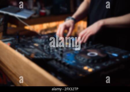 Abstract Blur DJ manos en el mando a distancia. DJ controlando y moviendo los mezcladores en música remote.Night club, el concepto de vida nocturna.