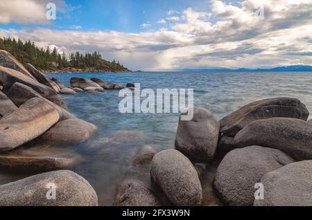 Hermosa costa en Lake Tahoe y la tormenta que se acerca en una tarde de primavera por la noche, Nevada, Estados Unidos.