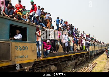 Arriesgado viaje en tren Capturé esta imagen el 19th de febrero de 2019 desde la estación de tren de Tonggi, Dhaka, Bangladesh, Asia del Sur