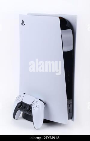 27 2021 de mayo, Londres Ontario Canadá, la difícil consola PS5 de pie en blanco con un controlador. Luke Durda/Alamy