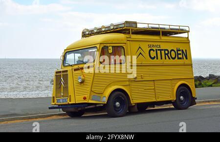 Classic yellow Citroen Hy Van con el logotipo de Citroen de servicio en el lateral estacionado en el paseo marítimo.