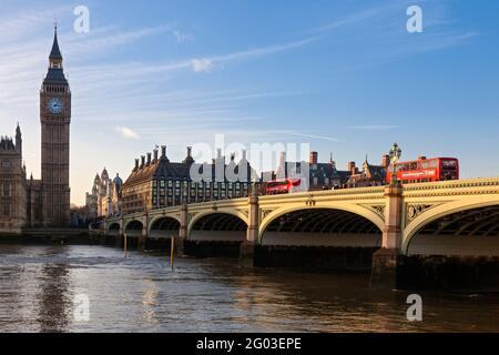Reino Unido, Inglaterra, Londres, Westminster Bridge y Casas del Parlamento (Palacio de Westminster)