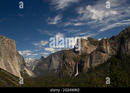 El valle de Yosemite, visto desde Tunnel View, el punto estratégico favorito del visitante en el Parque Nacional Yosemite de California.