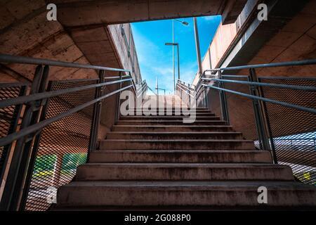 Pasarela futurista bajo el puente sobre Ada, en la capital de Serbia
