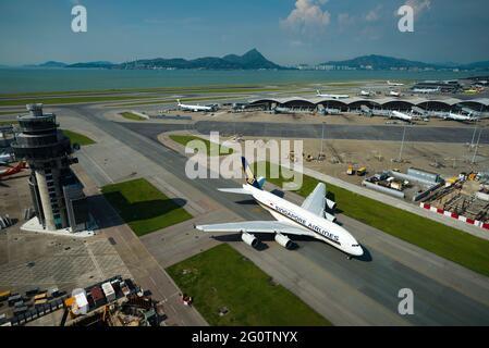 Una Aerolínea de Singapur Airbus A380 taxis de distancia de la terminal en el Aeropuerto Internacional de Hong Kong (HKIA), Chek Lap Kok, visto desde la torre de control