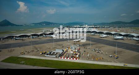 Terminal 1 en el Aeropuerto Internacional de Hong Kong (HKIA) visto desde la torre de control, Chek Lap Kok, Hong Kong