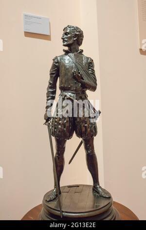 Madrid, España - 6th de marzo de 2021: Miguel de Cervantes Saavedra estatuilla, representada como soldado de la Batalla de Lepanto. Por Sergio Blanco, 1999. Museo Naval