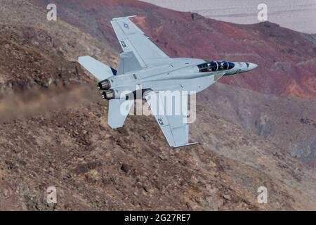 Un Super Hornet de la Marina de los Estados Unidos F/A-18F vuela a través del Valle de la Muerte, California.