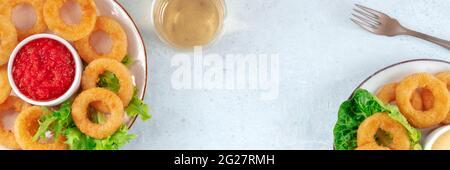 Calamares anillos panorama con espacio de copia. Anillos de calamar fritos profundos con vino y varios salsas, encima plano tiro con un lugar para el texto