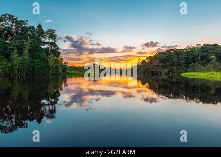 Puesta de sol en la selva amazónica con espacio de copia. Cuenca del Amazonas ubicada en Brasil, Bolivia, Colombia, Ecuador, Guyana Francesa, Perú, Surinam, Venezuela.