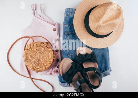 Ropa de moda femenina - corta, top, sombrero, bolsa, sandalias. Ropa de vacaciones de verano. Vista superior, diseño plano