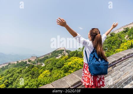 Libertad viaje estilo de vida mujer estudiante. Feliz mochilero turístico en la Gran Muralla china divertirse en las famosas ruinas de Badaling durante las vacaciones de viaje en