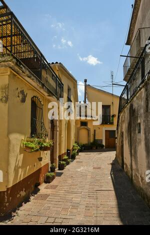 Ruvo del Monte, Italia, 06/12/2021. Una pequeña calle entre las casas antiguas de un pueblo medieval en la región de Basilicata.