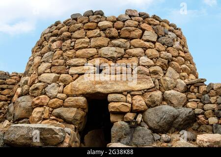 La cabaña de reuniones, un edificio circular en el asentamiento de Nuraghe La Prisgiona, Arzachena, provincia de Sassari, Cerdeña, Italia.