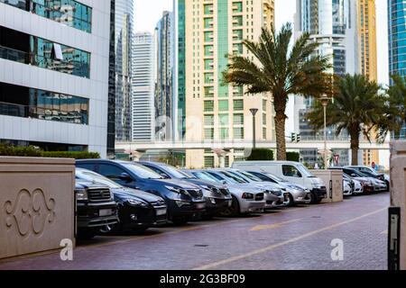 DUBAI, EAU - 2020 DE MARZO: Coches en el aparcamiento en una calle de Dubai