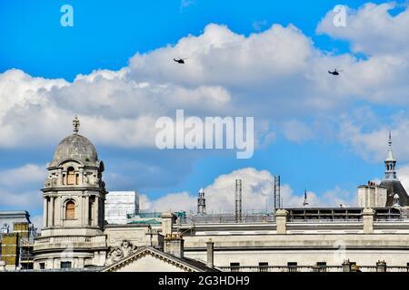 Londres, Reino Unido. 16th de junio de 2021. Dos helicópteros militares volando en la parte superior de la cabalgata desfilan el 16th de junio de 2021, Londres, Reino Unido. Crédito: Picture Capital/Alamy Live News