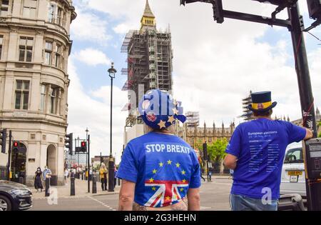 Londres, Reino Unido. 16th de junio de 2021. Un manifestante lleva una camisa Stop Brexit fuera de las Casas del Parlamento durante una pequeña manifestación del gobierno anti-Brexit y anti-Tory. (Crédito: Vuk Valcic / Alamy Live News)