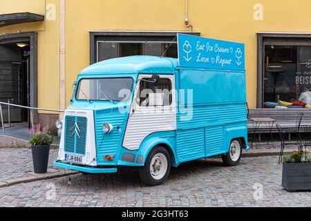 Azul claro Citroën H van como un camión de helados en el casco antiguo de Porvoo, Finlandia