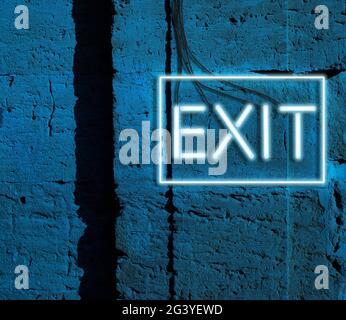 Salida de inscripción de lámparas brillantes de neón azul cuelga en una pared de ladrillo