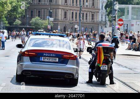 Viena, Austria. 19th de junio de 2021. Por 25th veces el desfile del arco iris (Orgullo de Viena) tendrá lugar en Ringstrasse de Viena. Este año, el desfile tendrá lugar sin vehículos, es decir, a pie, con una silla de ruedas o bicicleta, y por lo tanto está volviendo a sus raíces. Crédito: Franz PERC / Alamy Live News